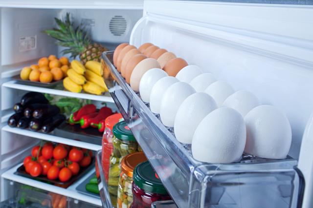 Ägghylla i kylskåpsdörr